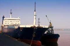 Förankrat lastfartyg i port Royaltyfri Foto