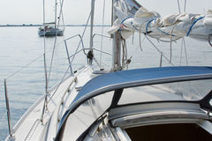 förankrat ligga två yachter Royaltyfri Fotografi