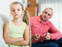 Förargad fader och frustrerad dotter royaltyfria foton