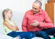 Förargad fader och frustrerad dotter royaltyfri foto