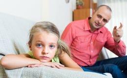 Förargad fader och frustrerad dotter royaltyfri bild