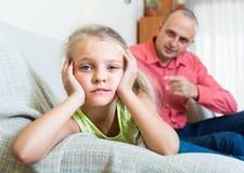Förargad fader och frustrerad dotter arkivbild