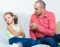Förargad fader och frustrerad dotter royaltyfria bilder