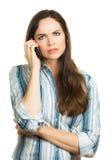 Förargad kvinna på telefonen Arkivbild