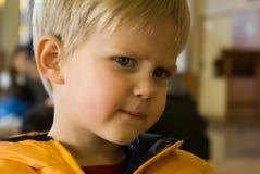 förargad pojke som ser ung Royaltyfria Bilder