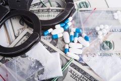 Förböd droger och vikter - gripandebrottslingar Arkivbild