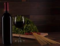 Förbered den romantiska matställen med pasta, sallad och rött vin, i Mexico royaltyfria bilder