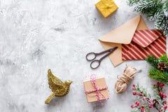 Förbered det nya året och jul 2018 gåvor i askar och kuvert på modell för veiw för stenbakgrundsöverkant arkivbild