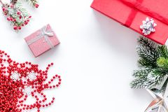 Förbered det nya året och jul 2018 gåvor i askar på den vita modellen för bakgrundsöverkantveiw Royaltyfri Foto