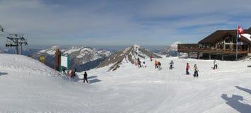förbered sig därefter att köra deras skiers Fotografering för Bildbyråer