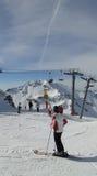 förbered sig därefter att köra deras skiers Royaltyfri Fotografi