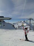 förbered sig därefter att köra deras skiers Royaltyfria Foton
