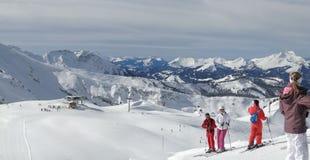 förbered sig därefter att köra deras skiers Royaltyfria Bilder
