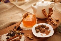 Förbered smakliga kakor bolts muttrar för sammansättningsbegreppsfamilj Royaltyfria Bilder