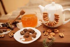 Förbered smakliga kakor bolts muttrar för sammansättningsbegreppsfamilj Arkivfoto