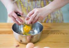 Förbereda ägg. Royaltyfri Fotografi