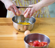 Förbereda ägg. Royaltyfri Bild