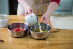 Förbereda ägg. Royaltyfri Foto