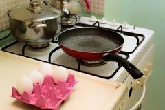 Förbereda ägget i köket Arkivbild