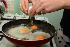Förbereda ägget i köket Royaltyfri Foto