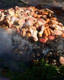 Förbereda Curanto al Hoyo på Muestrasen Gastronomicas 2016 i Achao, Chile Royaltyfria Bilder