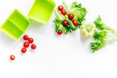 Förbereda den ljusa grönsaken äta lunch med körsbärsröda tomater, sallad, paprica på vit copyspace för den bästa sikten för bakgr Royaltyfri Bild
