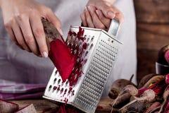 Förbereda den organiska matställen med rödbetor Arkivfoto