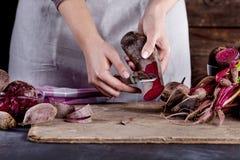 Förbereda den organiska vegetariska maträtten Royaltyfri Fotografi