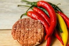 Förbereda den röda chili för varm peppar för matkött Royaltyfria Foton