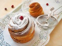 Förbereda den söta kakan, muffin eller cruffin hemlagad efterrätt Selektiv fokus på framdelen royaltyfria bilder