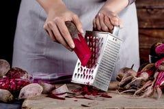Förbereda den vegetariska matställen med rödbetor Royaltyfri Bild