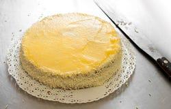 Förbereda en kräm- kaka eller tårta i ett bageri arkivfoto
