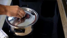 Förbereda en maträtt av ny spagetti stock video