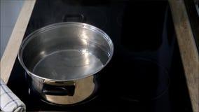 Förbereda en maträtt av ny spagetti lager videofilmer