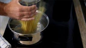 Förbereda en maträtt av ny spagetti arkivfilmer