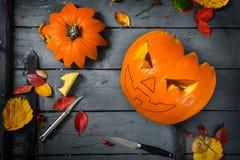 Förbereda en sniden pumpa för halloween, höstgarneringtink Royaltyfri Foto