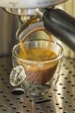 Förbereda en stark espressocofffe med en kaffemaskin Arkivfoto