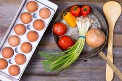 Förbereda en sund vegetarisk omelett royaltyfria foton