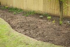 Förbereda en trädgårdblomsterrabatt för att plantera royaltyfria foton