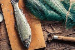 Förbereda fisken som fångas i fisknät Royaltyfria Bilder