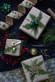 Förbereda gåvor för jul eller för nytt år Handgjorda slågna in gåvor arkivbilder