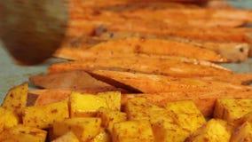Förbereda grönsaker för att baka för guacamole med vegiesfrukosten lager videofilmer