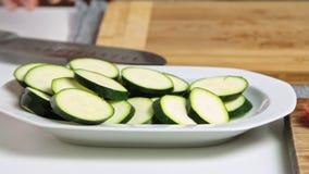 Förbereda grönsaker för en guacamole med vegiesrecept arkivfilmer