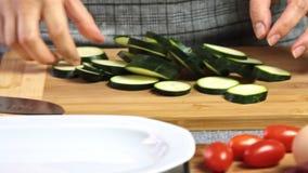 Förbereda grönsaker för en guacamole med vegiesrecept lager videofilmer