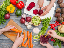 Förbereda grönsaker för ett mål arkivfoton