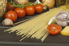 Förbereda hemlagad pasta Pasta och grönsaker på en trätabell dietary mat Arkivbilder