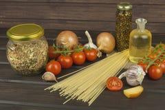 Förbereda hemlagad pasta Pasta och grönsaker på en trätabell dietary mat Arkivfoton