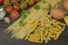 Förbereda hemlagad pasta Pasta och grönsaker på en trätabell dietary mat Royaltyfria Bilder