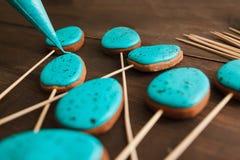 Förbereda kakor med blå isläggning kulinarisk konst Royaltyfria Bilder