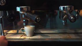 Förbereda koppar av espresso på en upptagen coffee shop arkivfilmer
